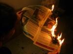 égő újságot olvasok